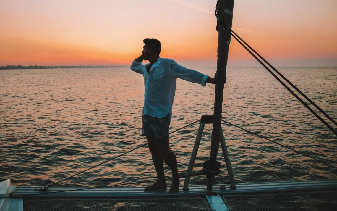 tramonto in barca a vela rimini